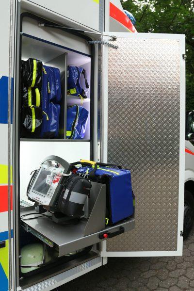 Seitlicher Zugriff im RTW auf Notfallkoffer